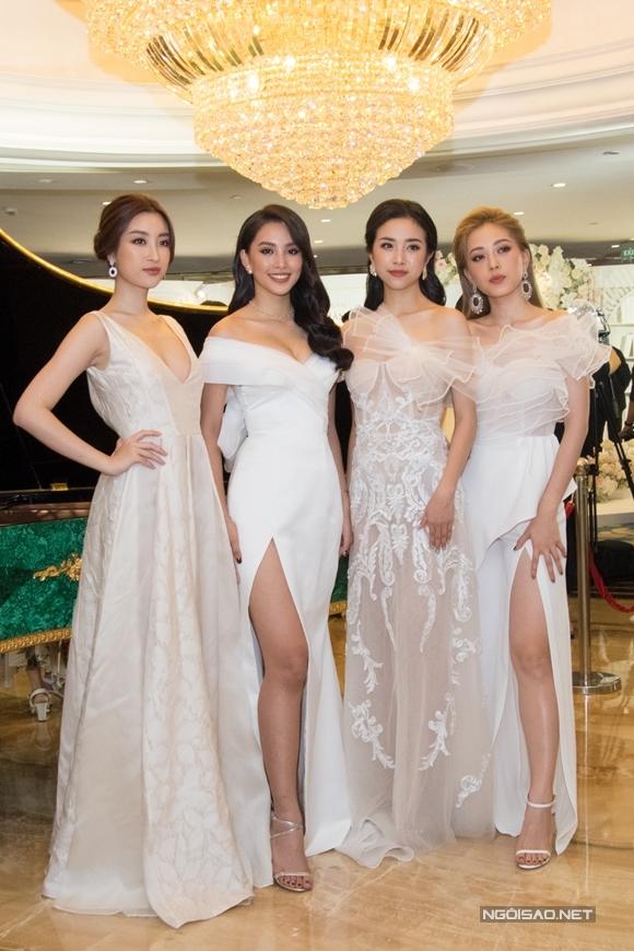 Hoa hậu Đỗ Mỹ Linh (ngoài cùng bên trái) cùng chọn váy tone trắng hài hoài với top 3 Hoa hậu Việt Nam 2018.