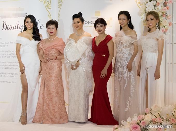 Hoa hậu Giáng My (thứ ba từ trái qua) chụp cùng top 3 Hoa hậu và các nữ doanh nhân.