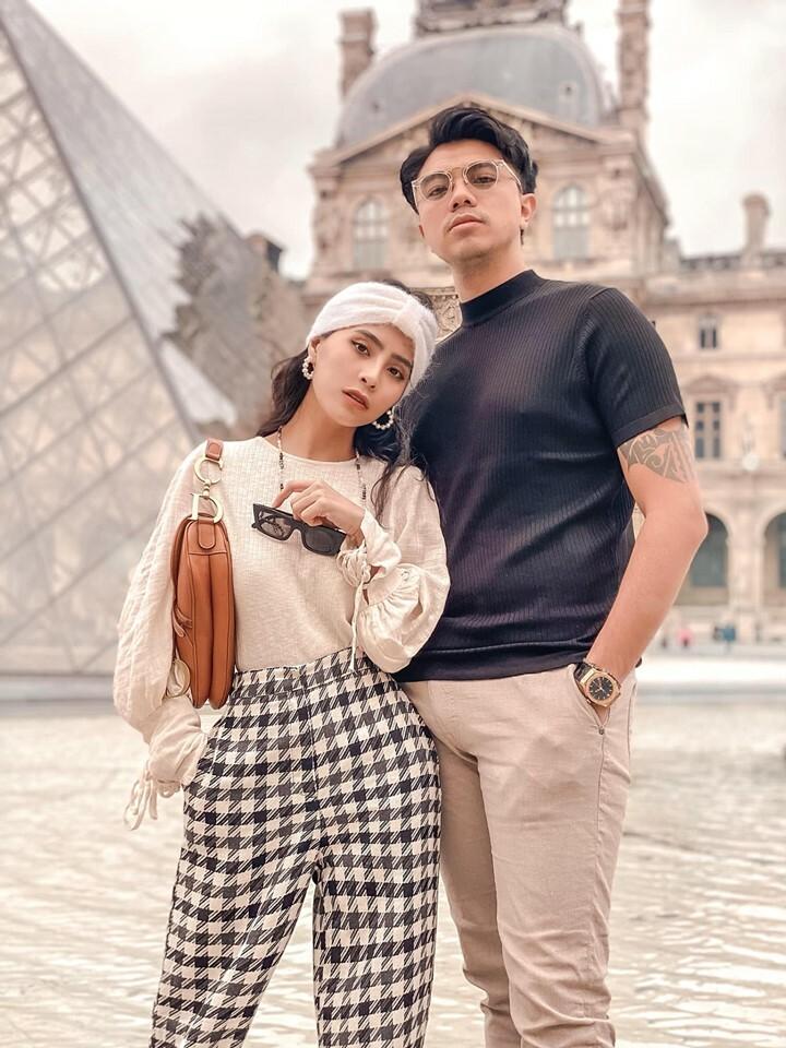 Ca nương Kiều Anh chụp ảnh tình tứ cùng chồng trong chuyến du lịch nước Pháp và cho biết: Sau nhiều năm, cuối cùng bố mẹ thằng Soup (tên con trai) cũng gặp nhau ở Paris.