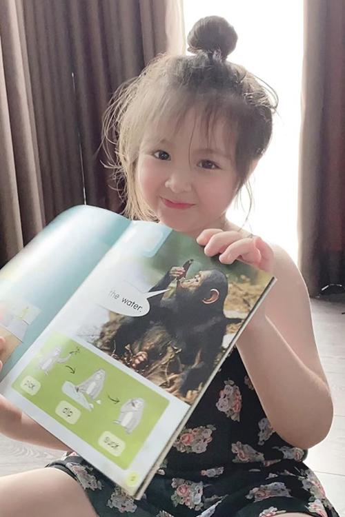 Bé Cadie Mộc Trà - con gái Elly Trần - tích cực làm bài tập để được mẹ cho đi chơi.
