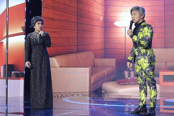 Việt Hương thay áo dài, diễn một tiểu phẩm hài cùng Hoài Tâm.