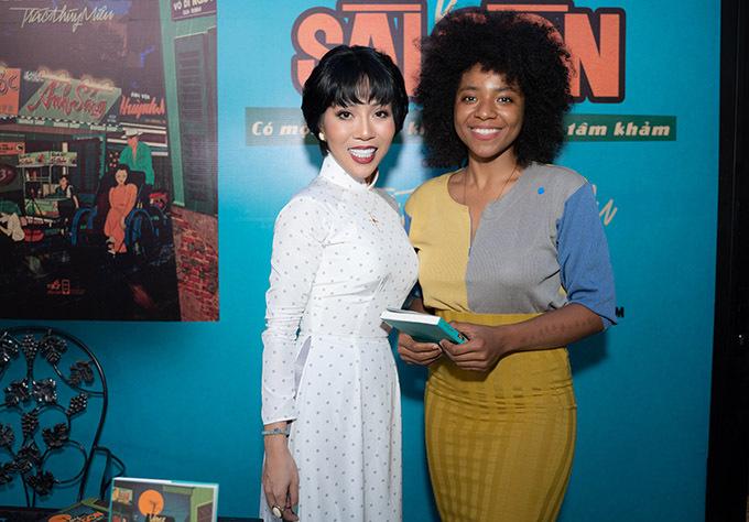 Người mẫu Huỳnh Tiên hào hứng khi được đàn chị tặng sách.