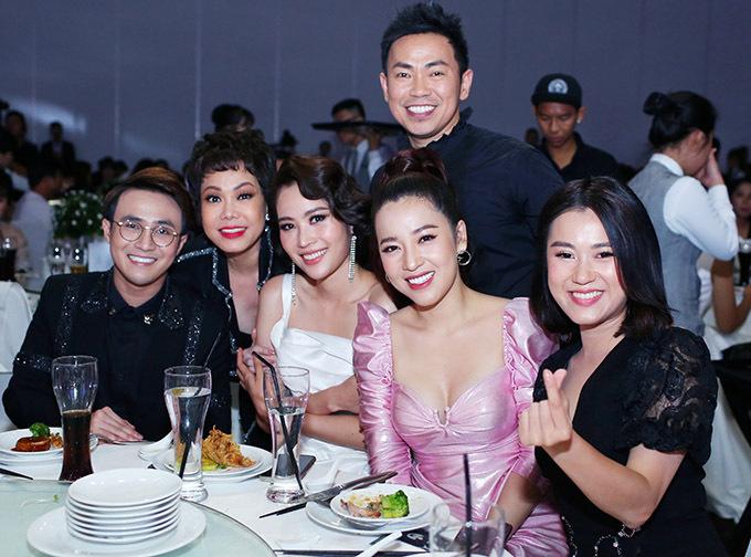 Đêm tiệc còn có Huỳnh Lập (đeo kính), Nam Anh (váy trắng) và nhiều nghệ sĩ tham dự.