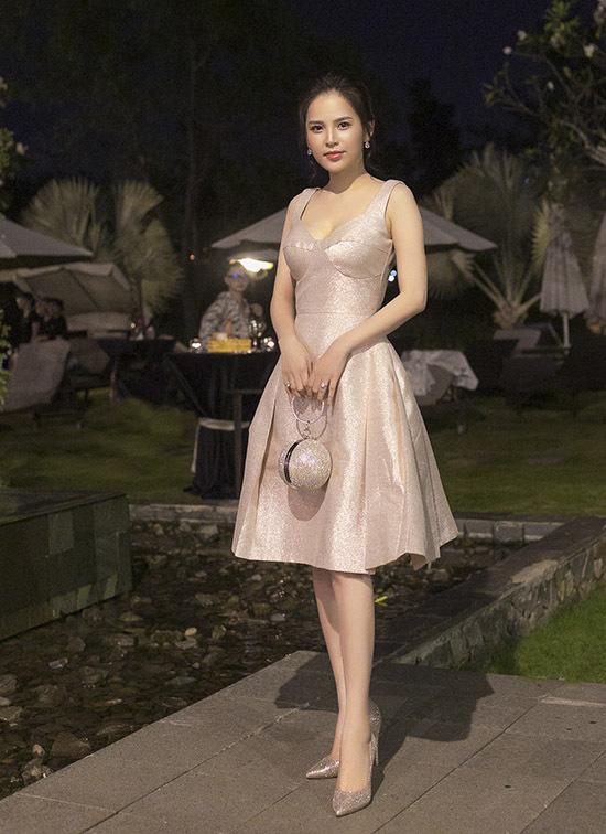 Diễn viên Phi Huyền Trang điệu đà với váy áo, phụ kiện ton-sur-ton.