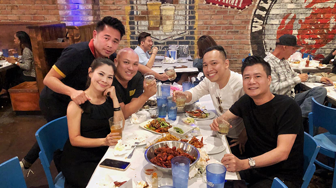 Ca sĩ Thanh Thảo tụ tập ăn uống cùng tình cũ Quang Dũng và những người bạn.