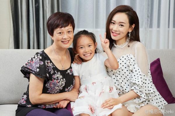 Tư Kỳ cùng mẹ và con gái.