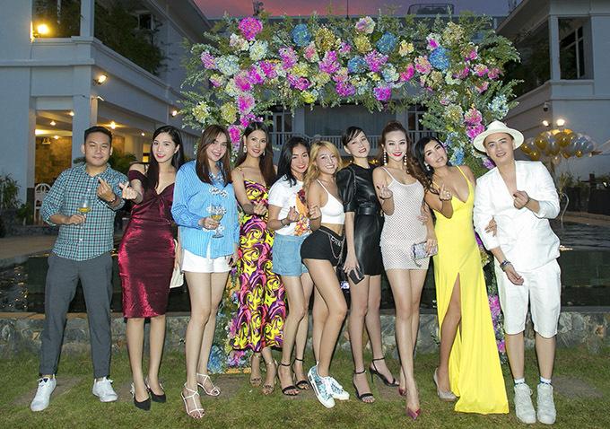 Văn Thành Công chụp ảnh cùng bạn bè đến chung vui với anh.