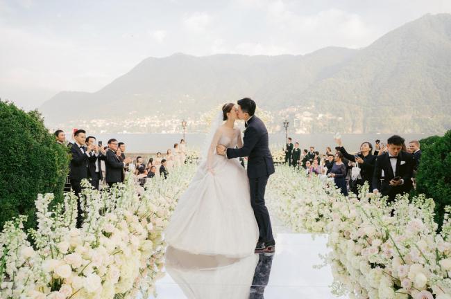 Ngày 12/10, đám cưới của diễn viên Hong Kong Văn Vịnh San và doanh nhân Ngô Khải Nam diễn ra tại một lâu đài cổ ven hồ ở Italy. Hôn lễ được chuẩn bị rất cầu kỳ, không gian tiệc cưới được trang hoàng với hoa hồng trắng rất lãng mạn.