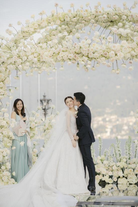 Văn Vịnh San giữ nụ cười hạnh phúc trên môi, trong suốt tiệc cưới. Cô và doanh nhân họ Hồ đã yêu nhau được 5 năm, trước khi về chung nhà. Theo thông tin từ QQ, gia đình doanh nhân họ Hồ ba đời giàu có.