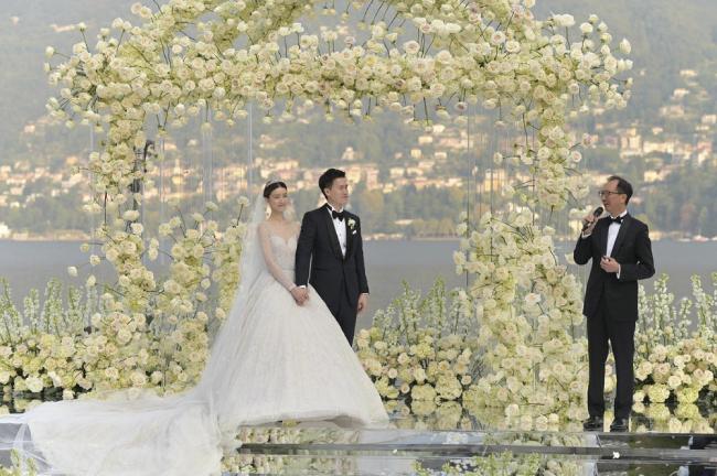 Trước sự chứng kiến của gia đình hai bên, cặp đôi làm các thủ tục cho hôn lễ, bao gồm trao nhẫn cưới, trao lời thề nguyện... Hai vợ chồngkhông quên trao cho nhau những nụ hôn rất ngọt ngào, tình cảm.