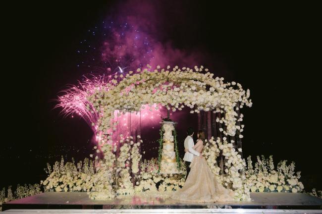 Sau hôn lễ buổi sáng, tối 12/10, cặp đôi làm lễ thết khách long trọng.