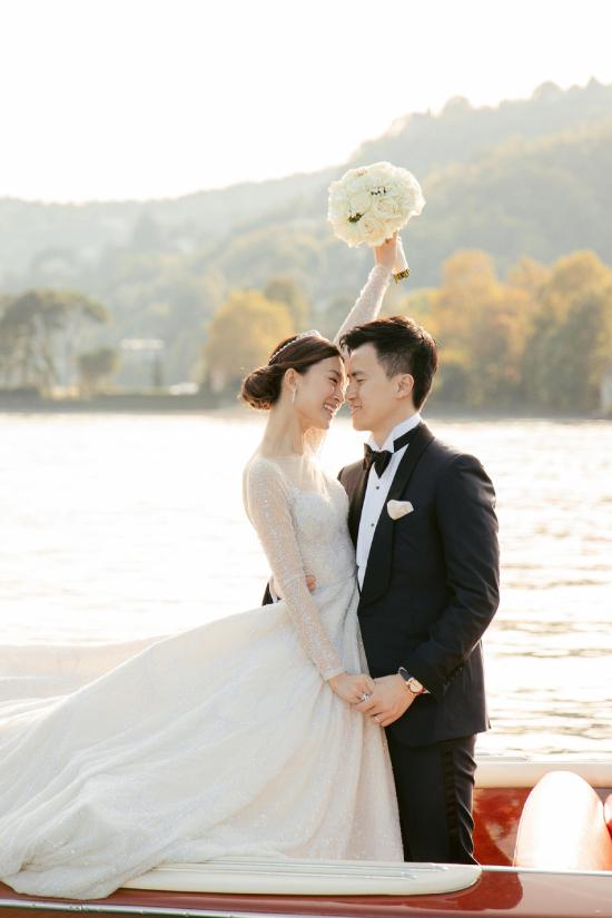 Một vài hình ảnh của cặp đôi chụp trong ngày trọng đại cũng được chia sẻ.