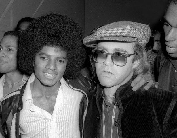 Michael Jackson (trái) và Elton John ngày trẻ.