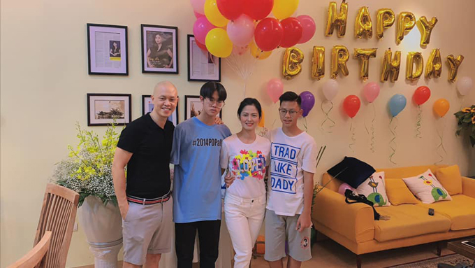 Trên trang cá nhân, diễn viên Thúy Hà chia sẻ những khoảnh khắc trong tiệc sinh nhật của con trai Jim. Nữ diễn viên muốn mang đến không khi gia đình ấm cúng cho con nên tự tay cắm hoa và nấu những món ngon.