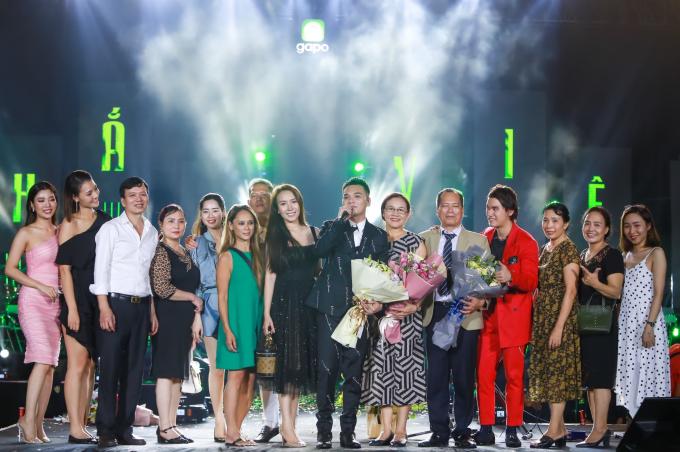 Vợ Khắc Việt - DJ Thảo Bebe (váy đen đứng cạnh nam ca sĩ) cùng người thân lên sân khấu tặng hoa cho anh. Theo chia sẻ của nam ca sĩ, vợ là người luôn tôn trọng và ủng hộ mọi quyết định của anh.