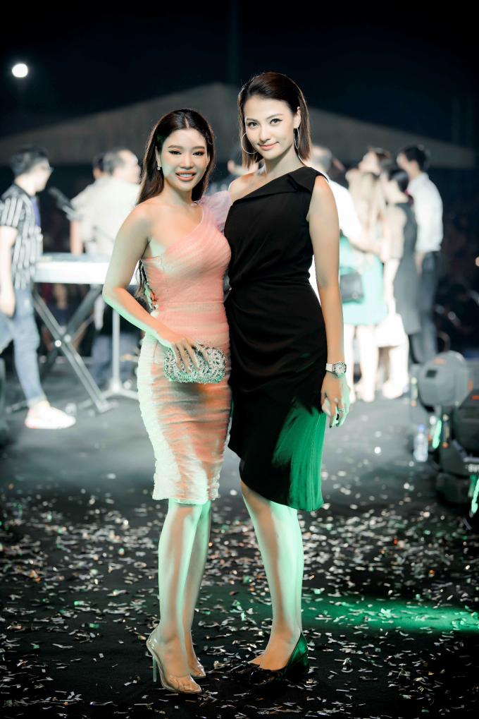 Diễn viên Trang Lê và người mẫu Hồng Quế là một trong số ít những khách mời có mặt từ rất sớm và ở lại tới những giây phút cuối cùng. Đây là haingười em thân thiết với Khắc Việt. Cả hai cùng lựa chọn váy ôm sát lệch vai, khoe vẻ đẹp trẻ trung, gợi cảm.