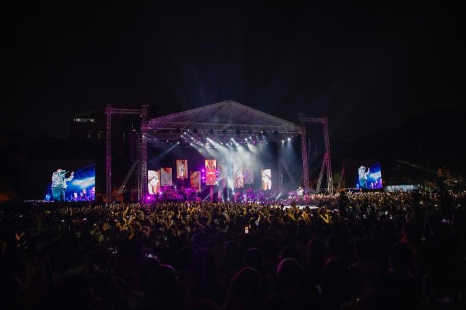 Hàng chục nghìn khán giả Hà Nội, trong đó phần lớn là các bạn học sinh sinh viên có mặt tại sân vận động trường Đại học Hà Nội.