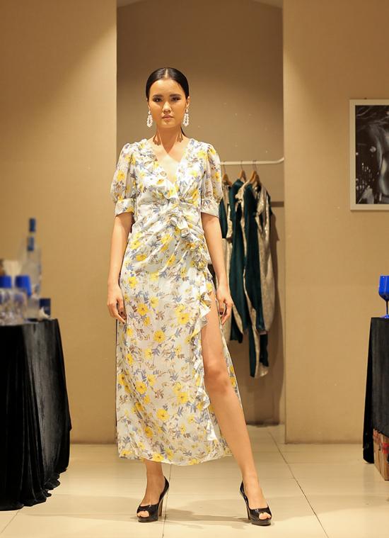 Ngoài gam trắng đen, màu trung tính, sắc cam ấn tượng, nhiều mẫu thiết kế còn được xây dựng trên vải in hoa mang vẻ đẹp lãng mạn.