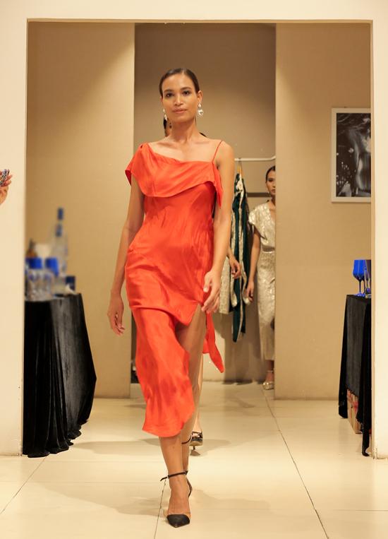 Những chất liệu được ưa chuộng trong mùa thu như nhung, lụa... được nhà mốt tận dụng để mang tới các mẫu váy hợp mốt.