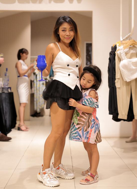 Nhà thiết kế Jenny Kim và con gái.