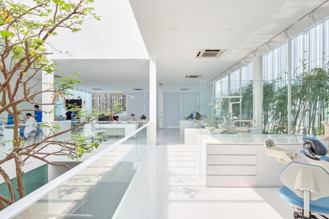 Ánh sáng là chất liệu của kiến trúc. Các gian phòng có hướng đón nguồn ánh sáng tự nhiên.