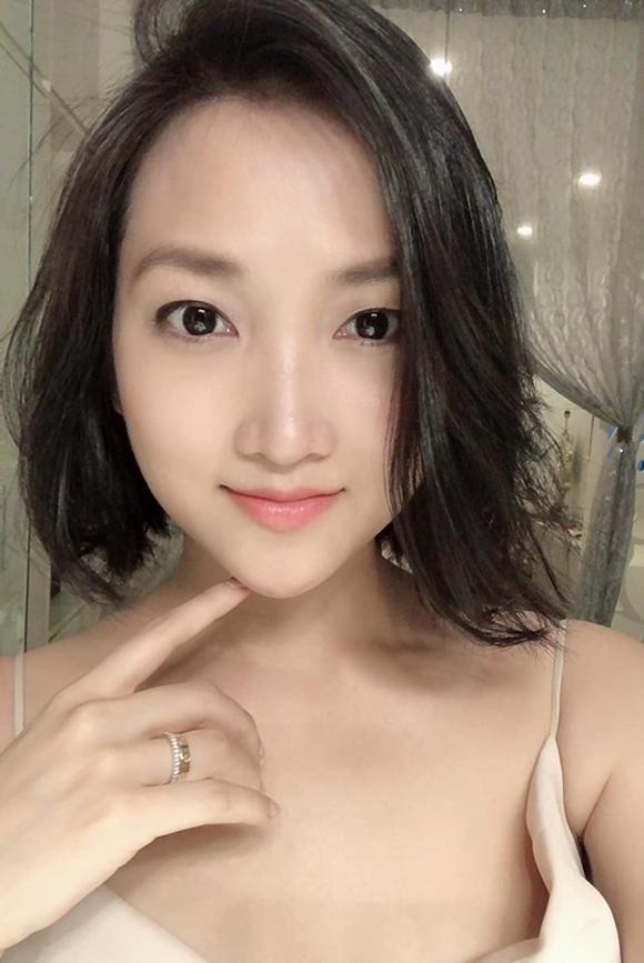 Vợ ca sĩ Lam Trường lên xe hoa năm 2014, khi vừa tròn 24 tuổi. Trải qua 5 năm hôn nhân, Yến Phương được khen ngày càng trẻ hơn và nhan sắc không hổ danh gái một contrông mòn con mắt.