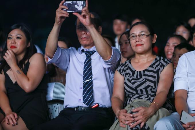 Bố mẹ ruột của Khắc Việt ngồi dưới khán đài và chăm chú theo dõi từng tiết mục của con trai.