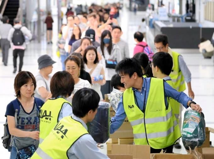 Người dân và du khách xếp hàng chờ