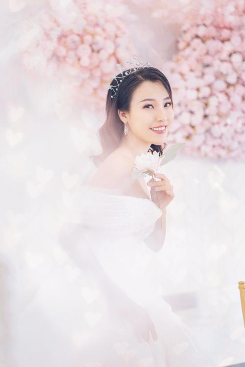 Á hậu Hoàng Oanh có dịp hóa thân thành cô dâu trong một bộ ảnh thời trang. Nữ diễn viên lần lượt diện những thiết kế váy cưới trắng tinh khôi, toát lên vẻ sang trọng, gợi cảm.