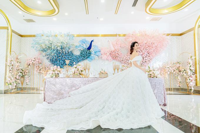 Váy có đuôi dài, giúp cô dâu trở thành người nổi bật nhất tại đêm tiệc của mình.