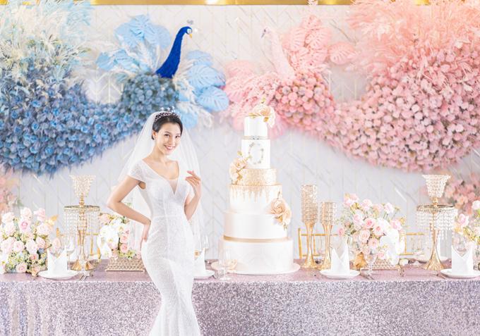 Khi khoác lên mình mẫu đầm cưới trắng tinh khôi, lần đầu tiên Hoàng Oanh bật mí về hôn lễ trong mơ mà bản thân hằng ao ước. Với người đẹp, lễ cưới không cần phải xa hoa, hoành tráng với quy mô tiền tỉ mà chỉ mong mọi thứ thật gần gũi, ấm áp bên những người thân yêu.