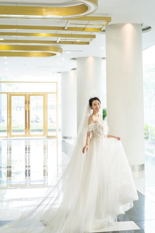 Mẫu đầm cưới dáng A điểm lông vũ là gợi ý cho cô dâu đón đầu xu hướng cưới 2019 - 2020, mang đến sự hiện đại, trẻ trung.