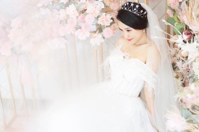 Phần tay váy có vai trễ, giúp cô dâu che giấu khuyết điểm bắp tay kém thon.