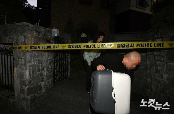 Nhiều đồ đạc, tư trang của Sulli được đưa đi phục vụ công tác điều tra.