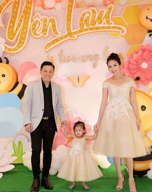 Bức ảnh chú Lam Trường bế bé Yến Phương lần đầu được tiết hộ trong đám cưới của họ năm 2014. Suốt 5 năm bên nhau, cặp đôi thỉnh thoảng bị đồn rạn nứt nhưng hiện tại vẫn hạnh phúc bên con gáiPhoebe.