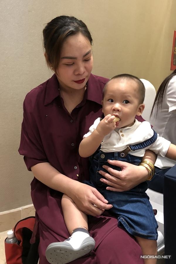 Con trai Giang Hồng Ngọc bên cạnh người thân.