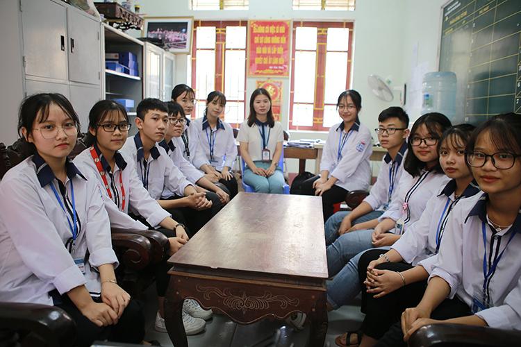 Nhóm học sinh thực hiện sản phẩm cùng cô Nguyễn Lam Thủy. Ảnh: Anh Thư.