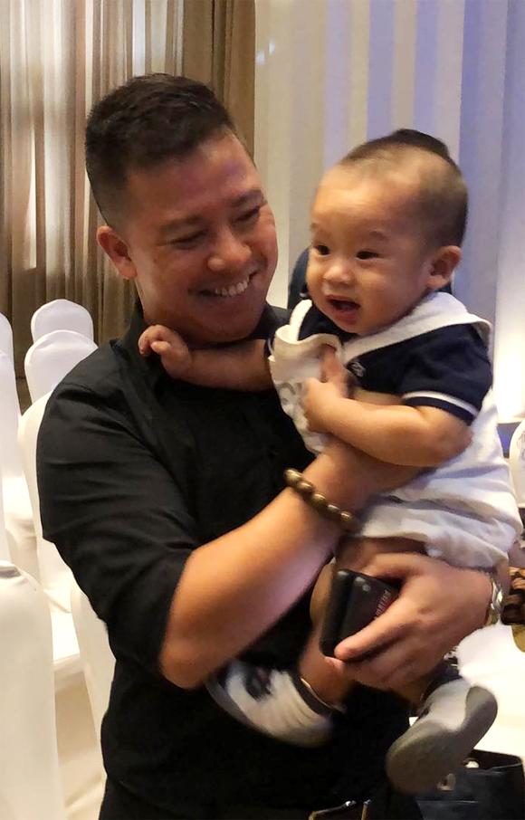 Con trai Giang Hồng Ngọc bên bố.