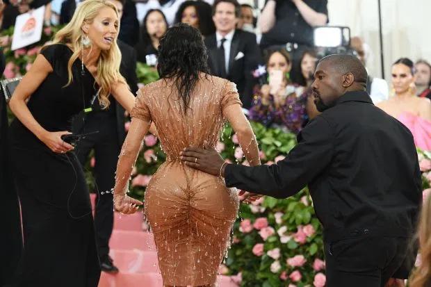 Kim đi lại khó khăn trên thảm đỏ khi mặc corset siết eo.