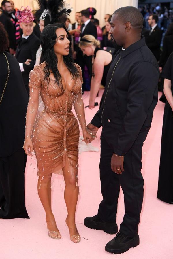 Kanye phản đối nhưng cuối cùng anh vẫn tôn trọng quyết định của vợ và hộ tống Kim lên thảm đỏ Met Gala.