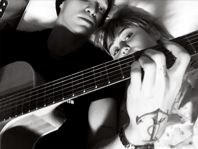 Cody sáng tác ca khúc tặng Miley khi cô nằm viện vào tuần trước.