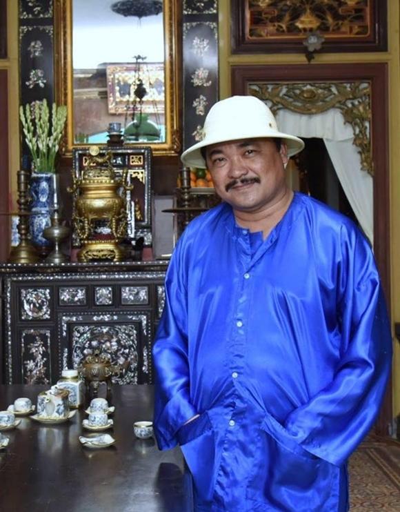 Đạo diễn - NSƯT Phương Điền trên bối cảnh phim Tiếng sét trong mưa.