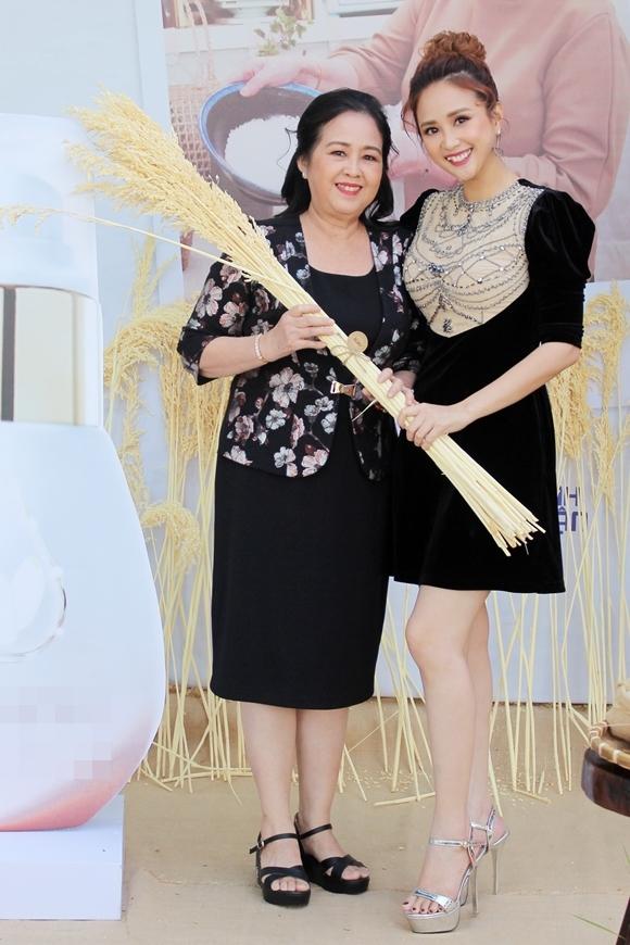 Phương Hằng cùng mẹ ruột dự sự kiện.