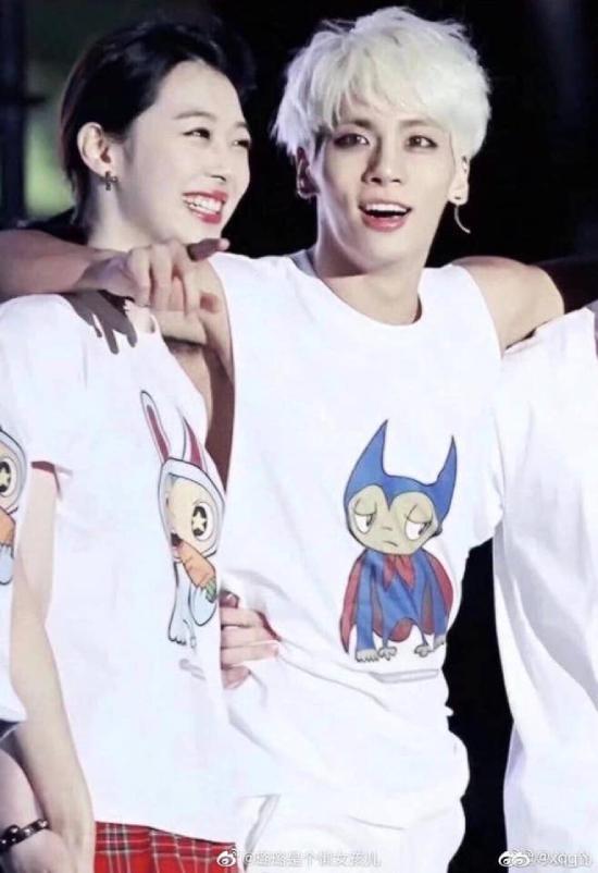 Sulli trong tấm ảnh chụp cùng ca sĩ Jong Hyun. Hiện tại cả hai đều đã mất, một người ở tuổi 25, một người ở tuổi 27, đều là vì tự tử.
