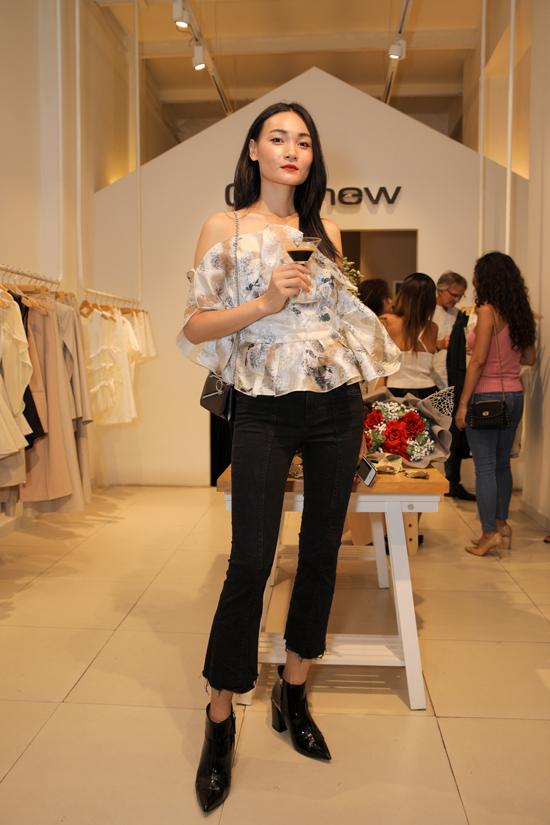 Người mẫu Thùy Trang điệu đà với áo bèo nhún khi đến xem các đồng nghiệp diễn thời trang.