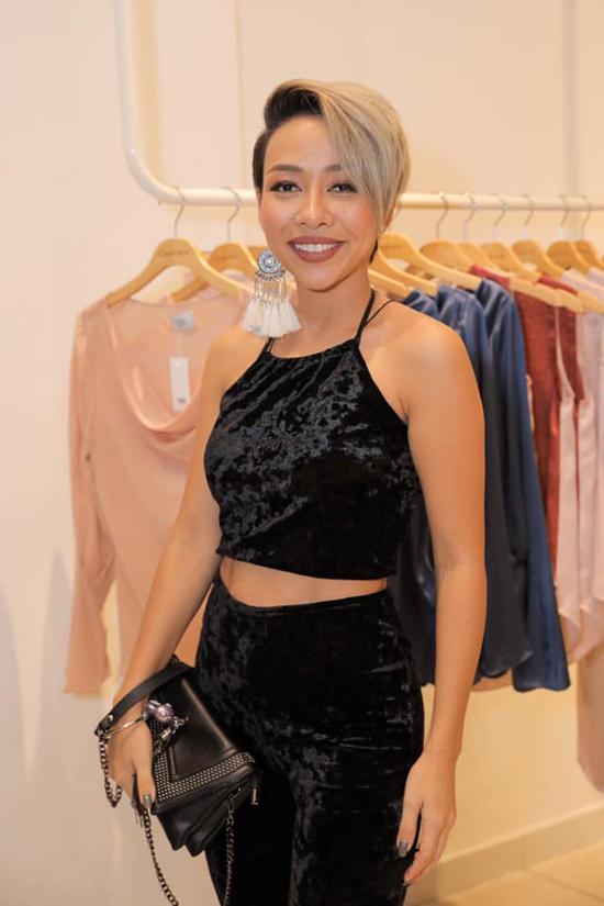 Ca sĩ Thảo Trang khoe nét cá tính và gợi cảm trong trang phục áo yếm, quần ống rộng trên cùng chất liệu nhung đen.