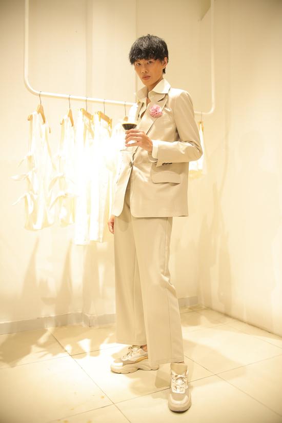 Người mẫu Hà Kio cá tính với suit gam màu trung tính hợp phong cách thu đông 2019.