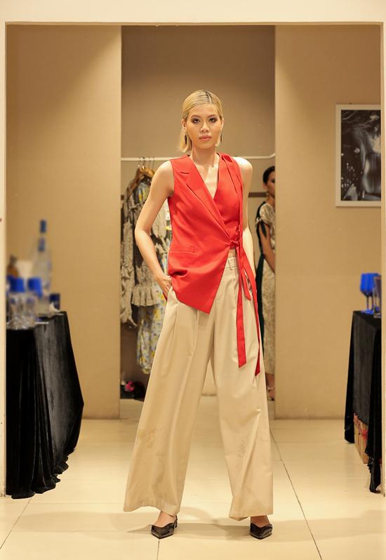 Thiết kế dành cho mùa thu của Jenny Kim ngoài nét thanh lịch vốn có là chút tinh nghịch, phá cách với các dáng trang phục bất đối xứng.