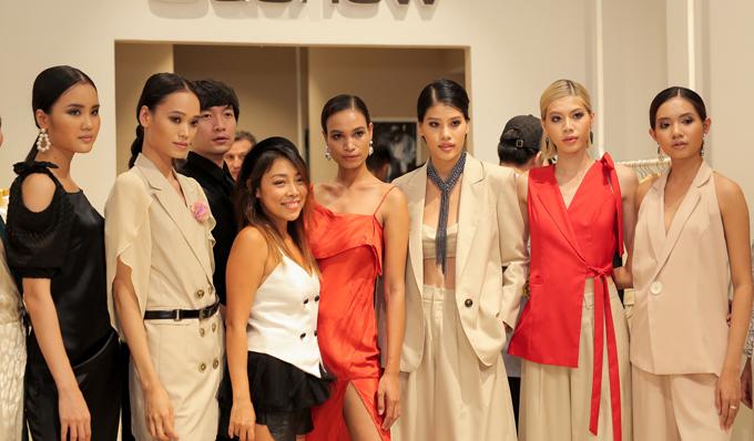 Nhà thiết kế Jenny Kim (áo trắng) cùng dàn mẫu tham gia catwalk tại sự kiện.