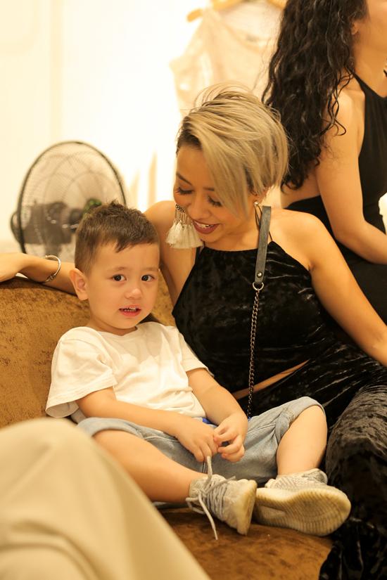 Thảo Trang dẫn theo bé Alex khi tụ họp cùng hội bạn thân mừng nhà thiết kế Jenny Kim giới thiệu trang phục cho mùa mới.